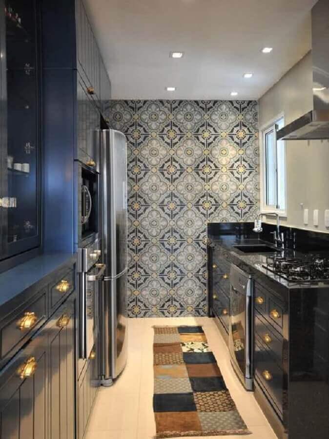 decoração com papel de parede para cozinha planejada com armário azul marinho clássico Foto Home Fashion Trend