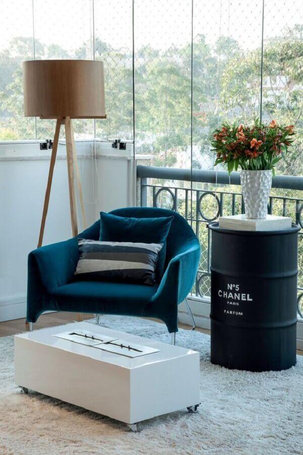 decoração com tambor chanel preto para varanda com poltrona azul moderna Foto Pinterest