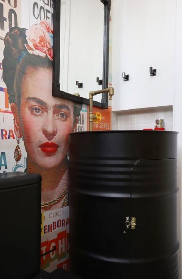 decoração com tambor preto para banheiro moderno com papel de parede frida Foto Casa de Valentina