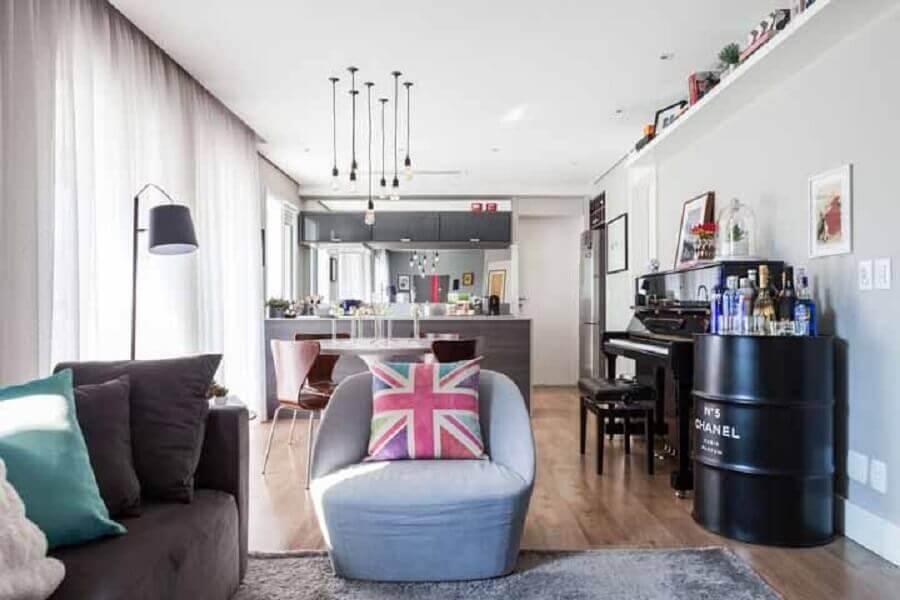 decoração com tambor preto para casa cinza com estilo aberto Foto Futurist Architecture