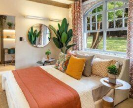 decoração com vaso de planta grande e almofadas decorativas para cama de casal Foto Casa de Valentina