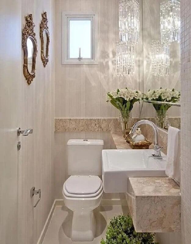decoração cor pérola e branco para lavabo pequeno com lustre de cristal Foto CasaPlan