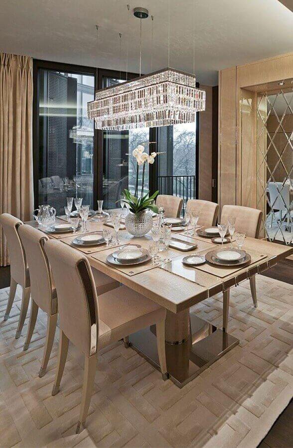 decoração cor pérola para sala de jantar sofisticada com lustre de cristal Foto Pinterest