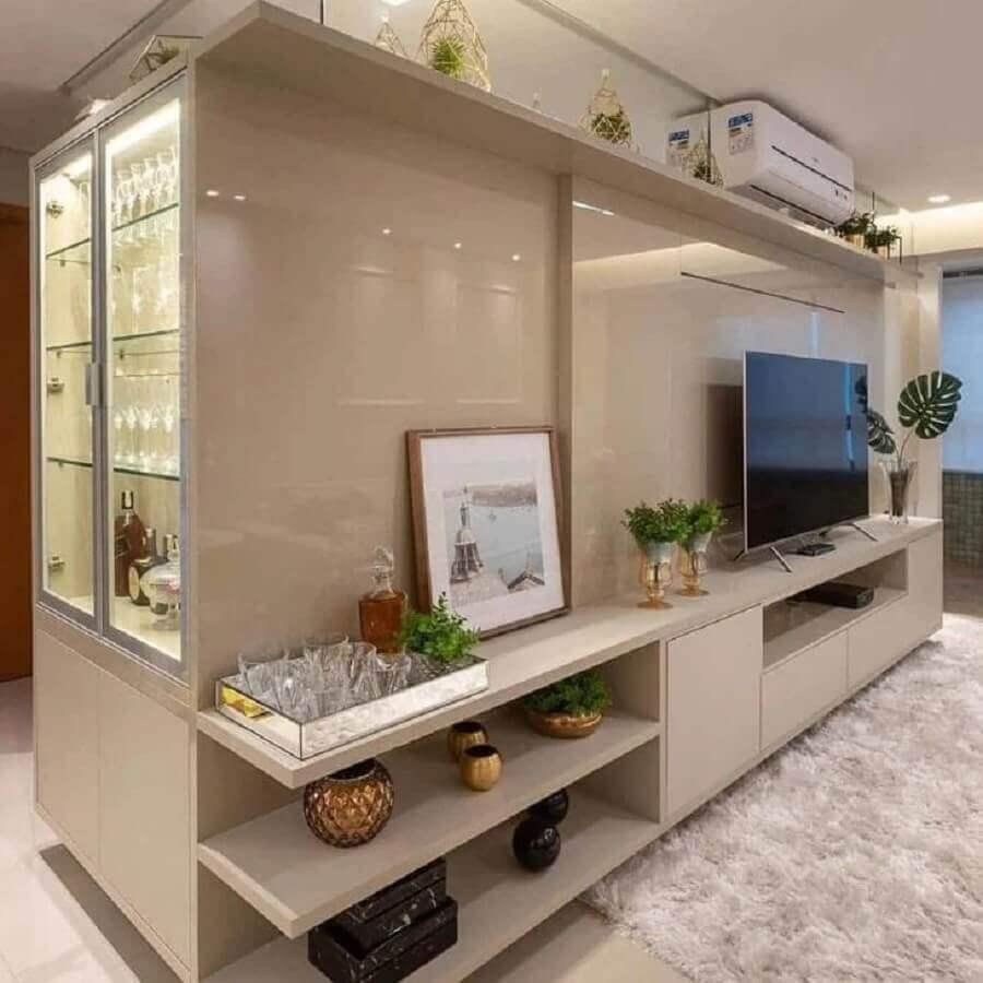 decoração cor pérola para sala planejada com tapete felpudo Foto Dream Planejados