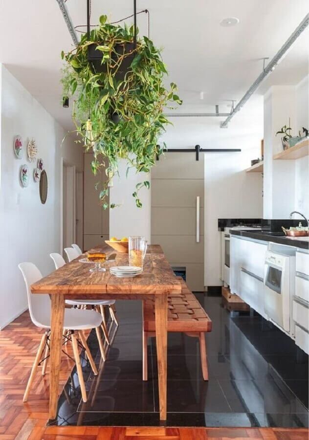 decoração de cozinha com mesa rústica com banco e cadeiras Foto Histórias de Casa