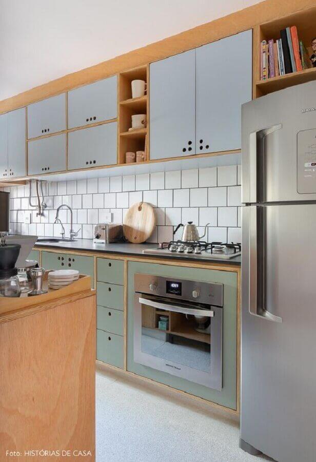 decoração de cozinha planejada com armários aéreos com portas azul pastel Foto Histórias de Casa