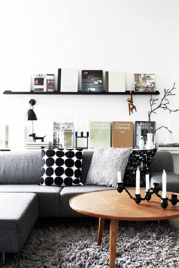 decoração de sala com sofá cinza e mesa de centro de madeira redonda Foto Pinterest