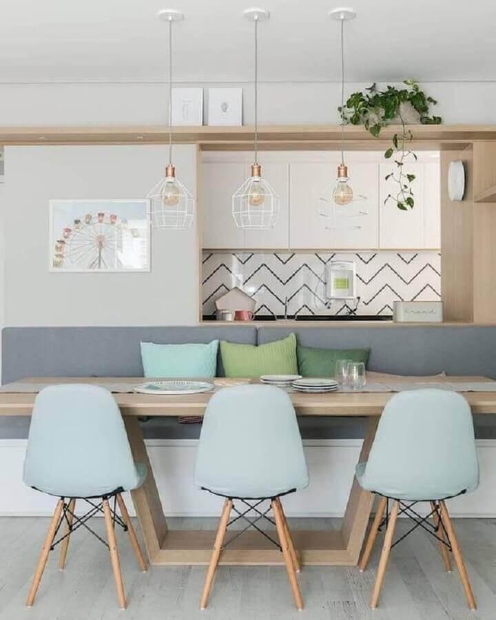 decoração de sala de jantar moderna com mesa de madeira e cadeiras azul pastel Foto Dicas de Mulher
