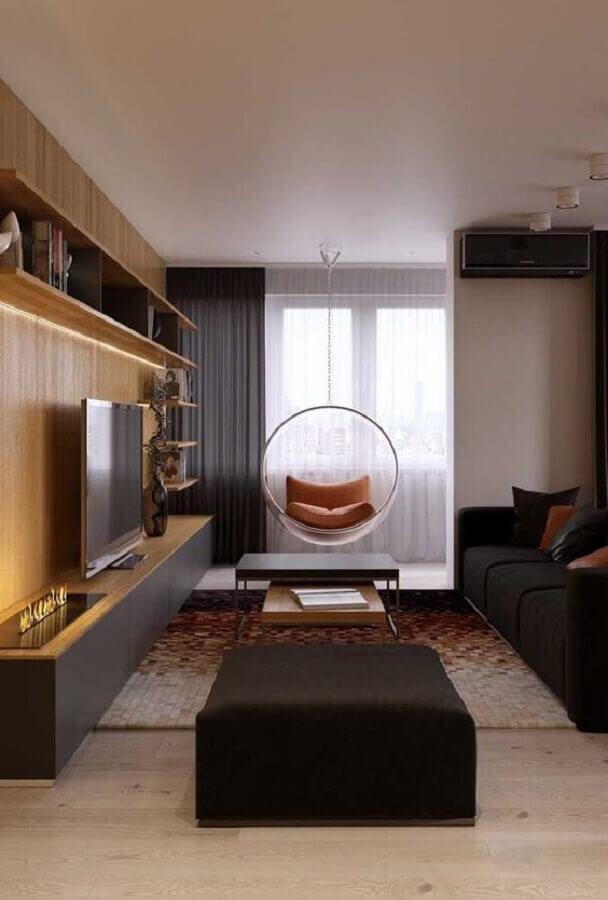 decoração de sala preta com madeira com cadeira de balanço de acrílico suspensa Foto Pinterest