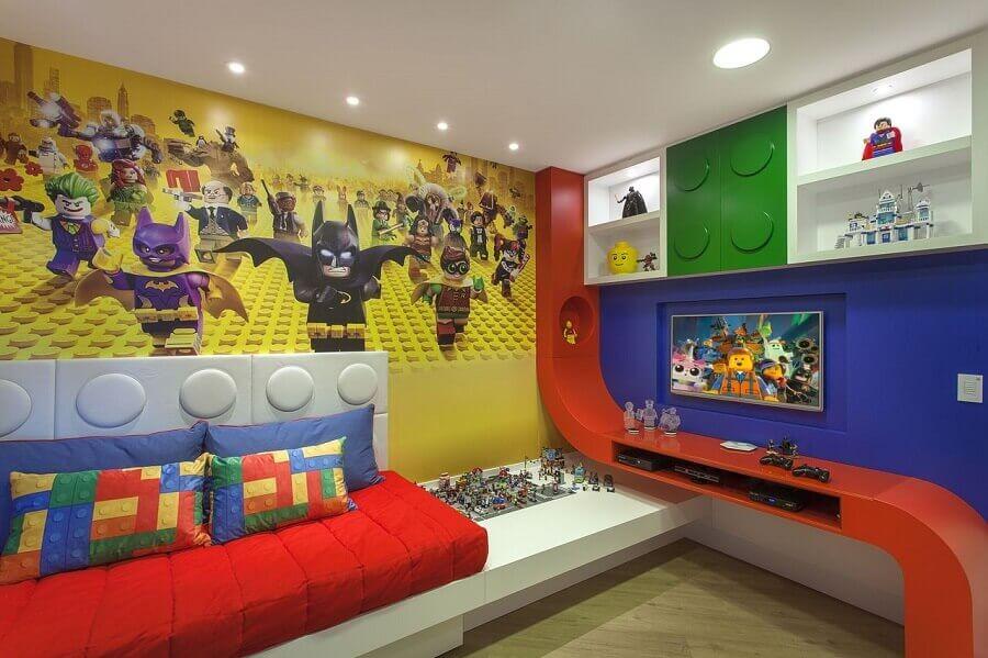 decoração divertida com almofadas para quarto infantil de menino Foto Iara Kilaris
