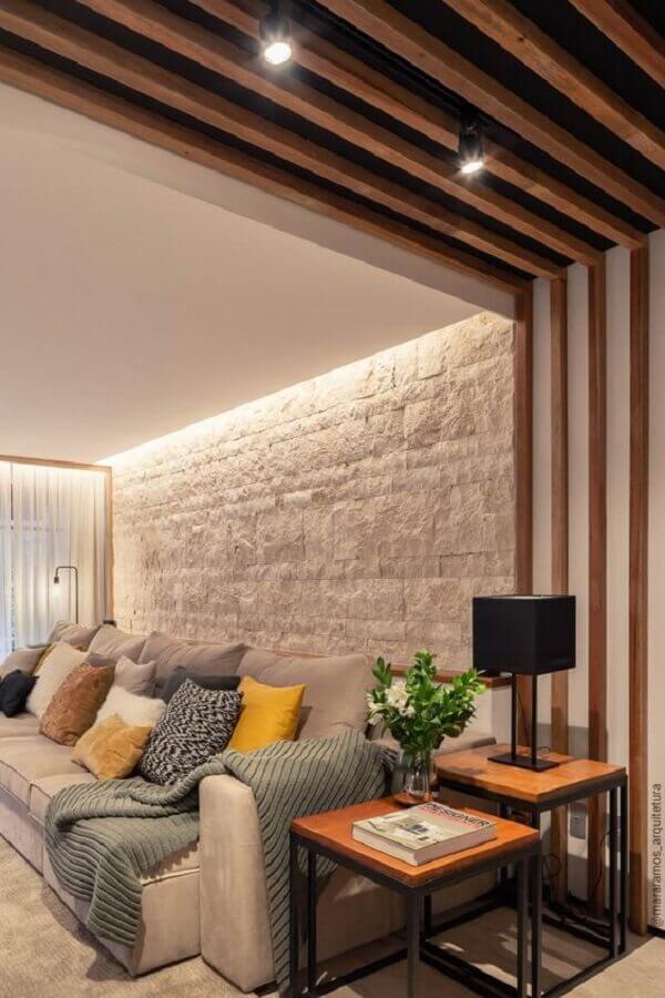 decoração mesa de canto para sala moderna com parede branca com acabamento rústico e várias almofadas Foto MaraRamos Arquitetura e Design