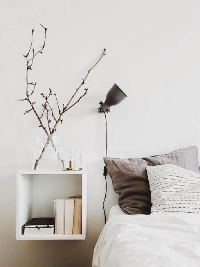 decoração minimalista para quarto com abajur de parede cabeceira Foto A Casa Delas