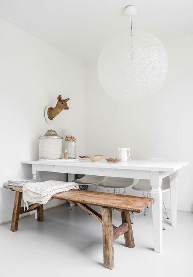 decoração minimalista para sala de jantar com mesa com banco de madeira rústico Foto Apartment Therapy