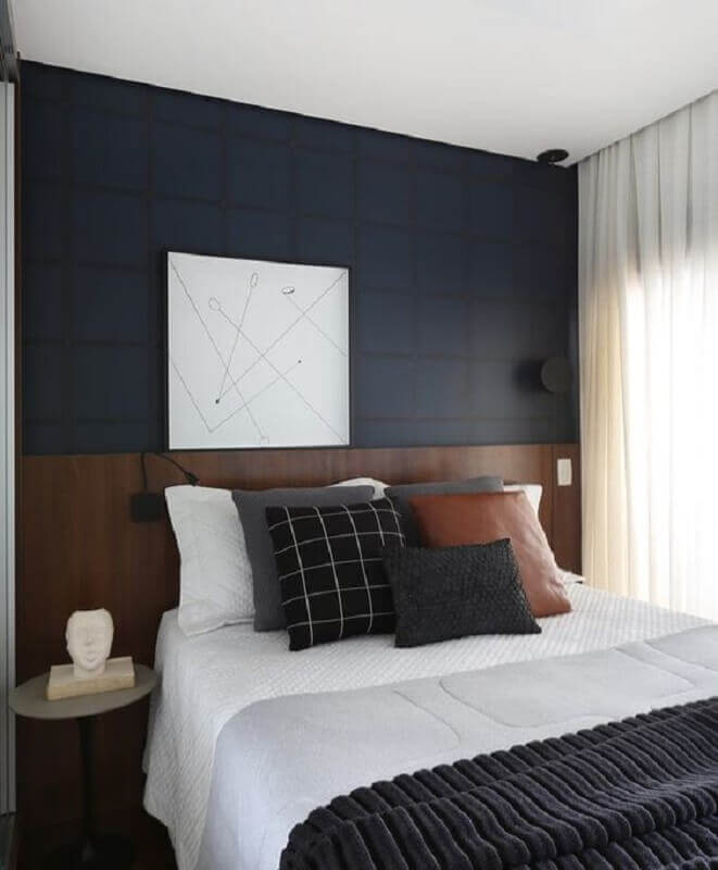decoração moderna com cabeceira de madeira e almofadas para cama Foto Jeito de Casa