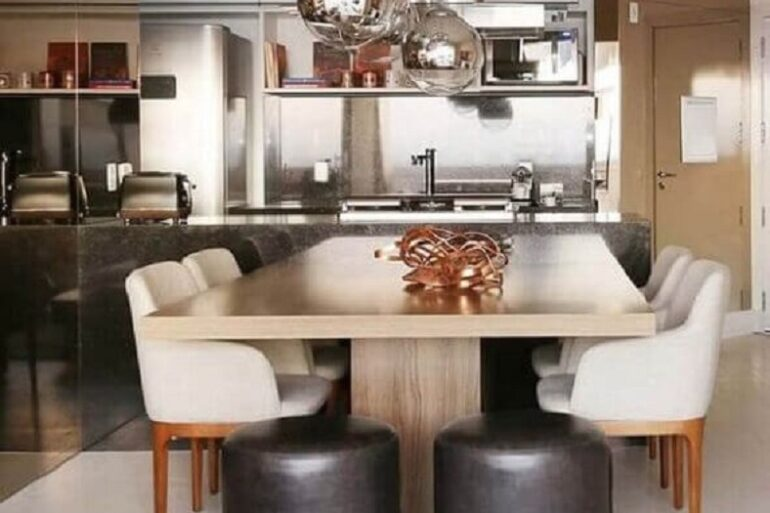 decoração moderna com cadeiras estofadas com braço para sala de jantar integrada à sala de estar Foto Futurist Architecture