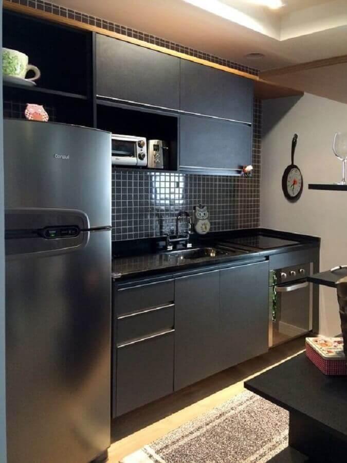 decoração moderna de ozinha compacta com pia fogão e geladeira toda preta Foto Dcore Você