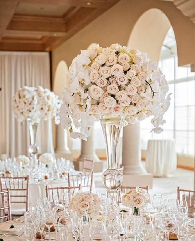 decoração para bodas de cristal sofisticada com arranjo de rosas brancas Foto Glamour & Grace