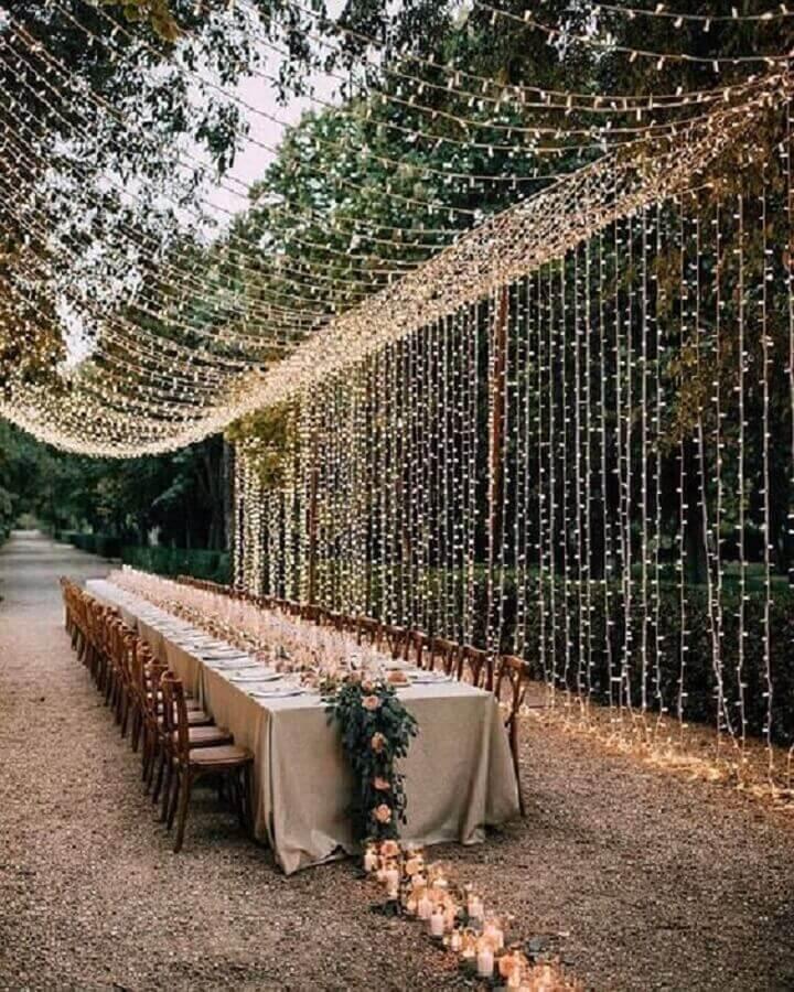 decoração rústica para bodas de cristal com cortina de luz Foto Style Me Pretty