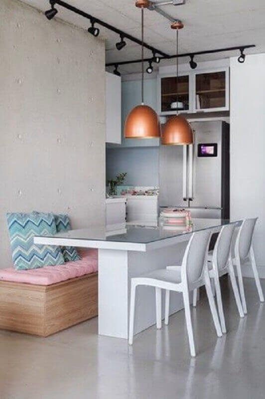 decoração simples para sala de jantar com mesa com banco e cadeiras Foto SP Estudio