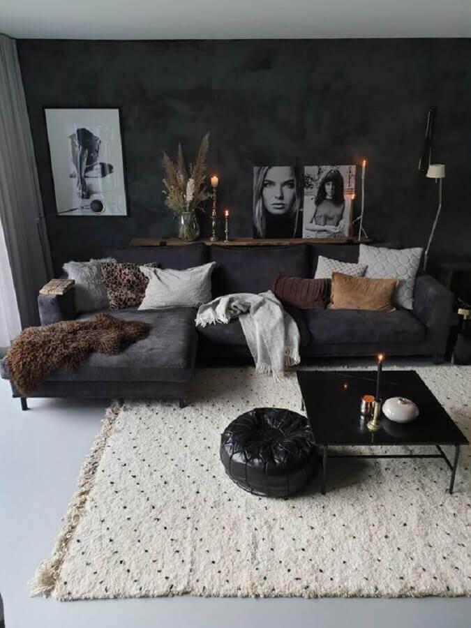 decoração simples para sala preta com várias almofadas e tapete bege Foto Futurist Architecture