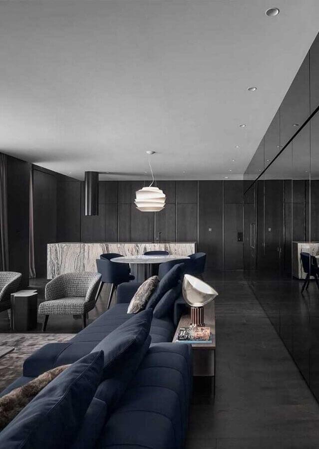 decoração sofisticada e moderna para sala preta com sofá azul marinho Foto Pinterest