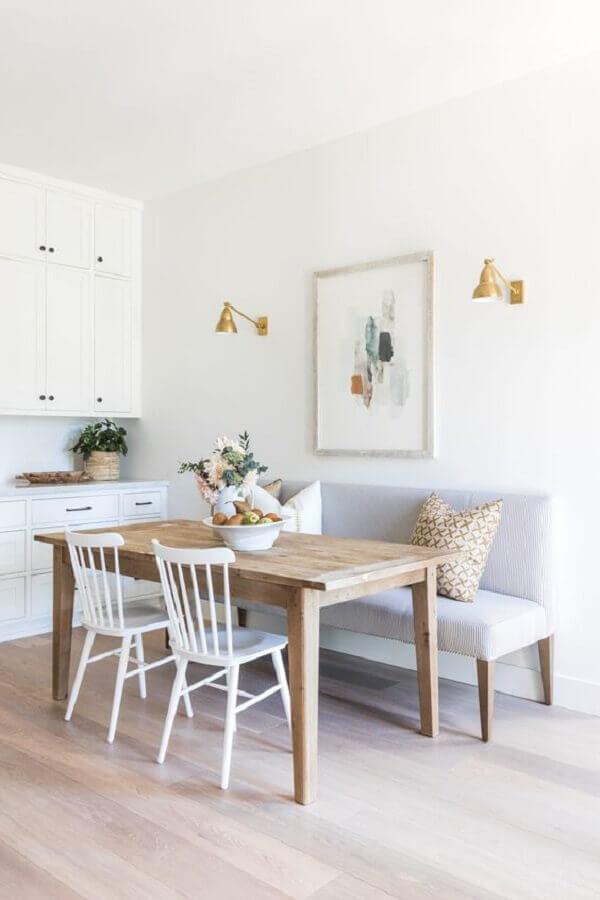 decoraçao clean para sala de jantar branca com mesa com banco estofado cinza e cadeiras brancas Foto Style Me Pretty