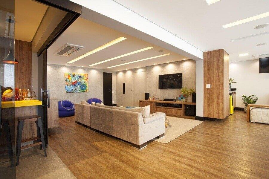 decoraçao de casa moderna com ambientes integrados e revestimentos de madeira Foto Arqª Lívia Branco