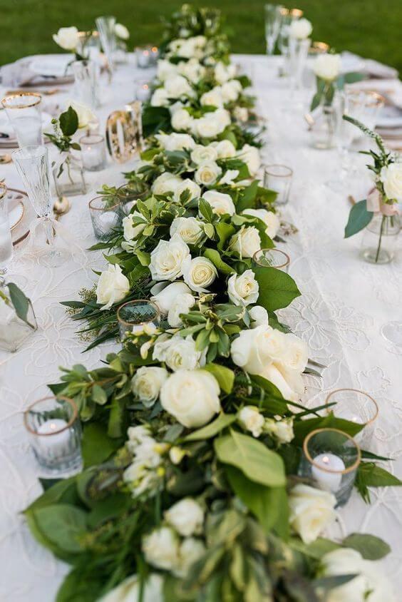 Mesa de jantar com centro de mesa de rosa branca