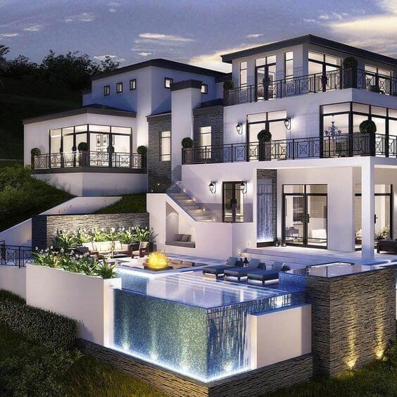 Fachada de casa luxuosa com piscina de borda infinita