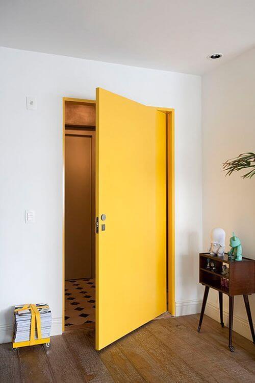 Fechadura para porta de madeira pintada de amarelo