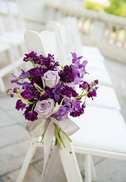 Decoração de cadeira com flores roxas