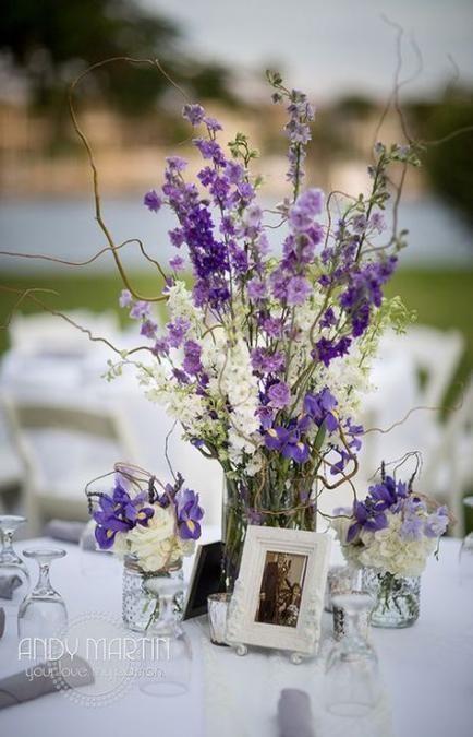 Flor roxa lavanda na decoração de mesa de jantar