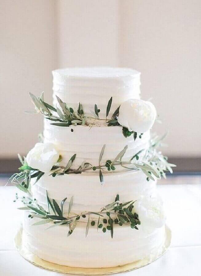 flores brancas e folhagens para decoração de bolo bodas de cristal Foto Pinterest