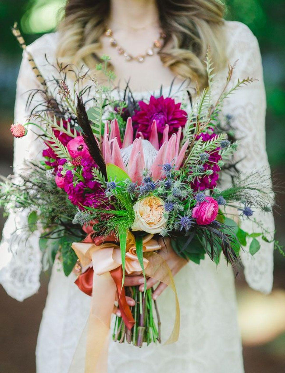 Buquê de flores exóticas como protea, rosa inglesa e camélias