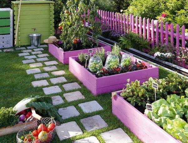 Horta no quintal prático pintada de roxo