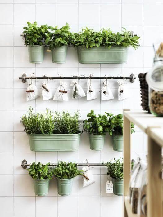 Use vasos suspensos para fazer uma horta no quintal pequena