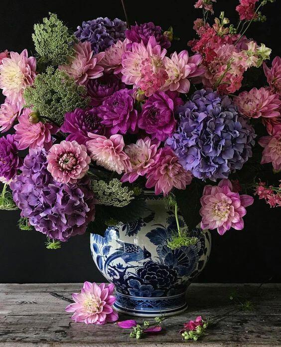 Flor roxa hortênsia no vaso moderno