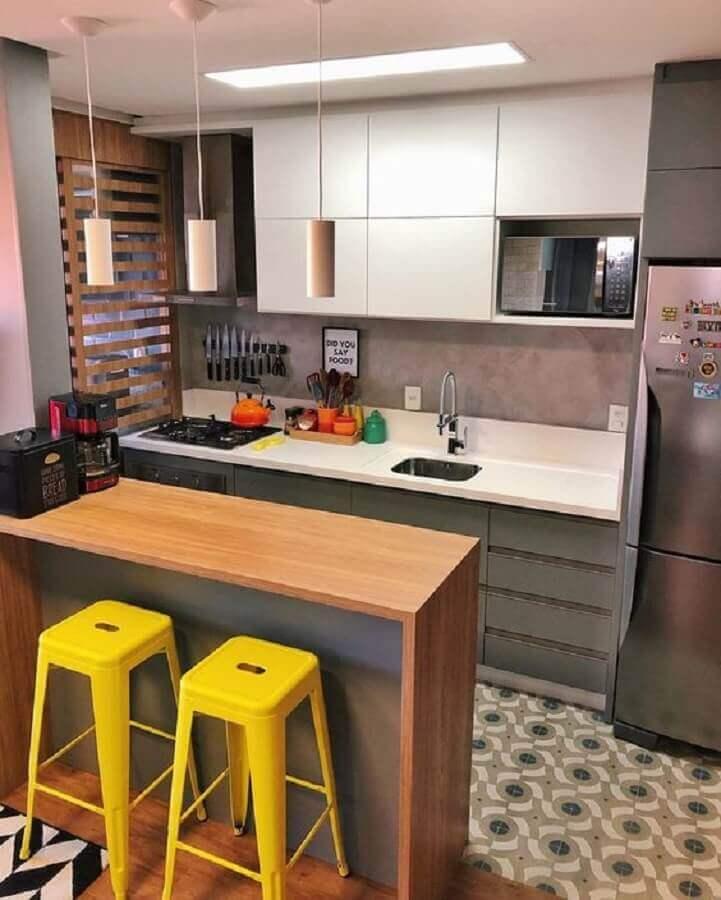 ideias para cozinha americana pequena decorada com banquetas amarelas Foto Pinterest