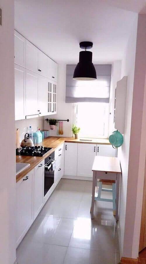 ideias para cozinha pequena com bancada de madeira e armários brancos Foto Pinterest