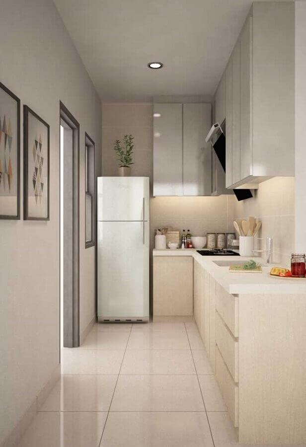 ideias para cozinha pequena corredor decorada em cores neutras Foto Pinterest