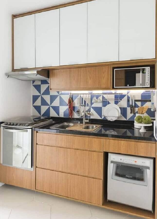 ideias para cozinha pequena planejada com revestimento azul e branco Foto Pinterest