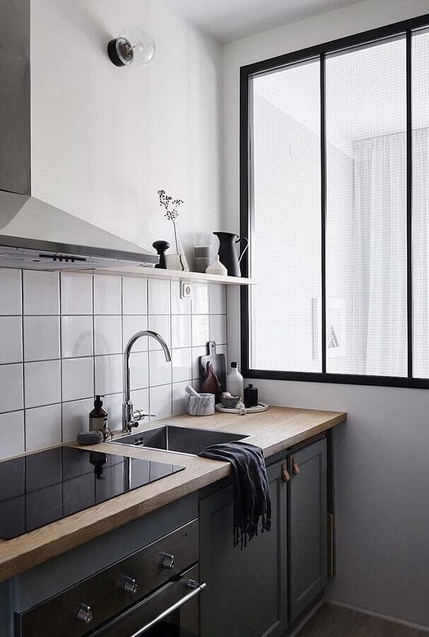 ideias para cozinha pequena preta com bancada de madeira Foto Apartment Therapy