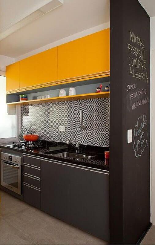 ideias para cozinha pequena preta e amarela com armários planejados Foto Jeito de Casa