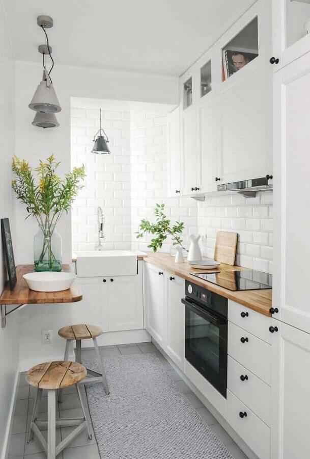 ideias para cozinha pequena toda branca com mesa dobrável e bancada de madeira Foto Pinterest