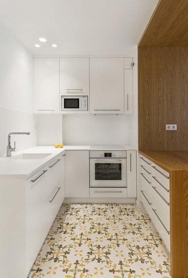 ideias para cozinha pequena toda branca com piso antigo colorido Foto Houzz
