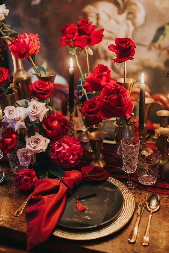 Jantar romântico decorado com rosas vermelhas