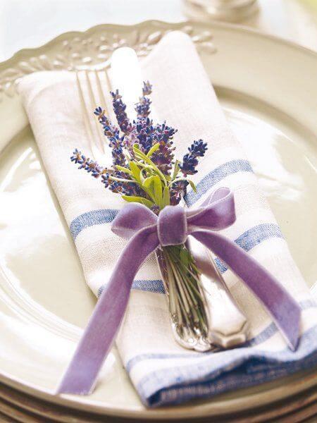Lavanda na decoração de festa moderna com flor roxa