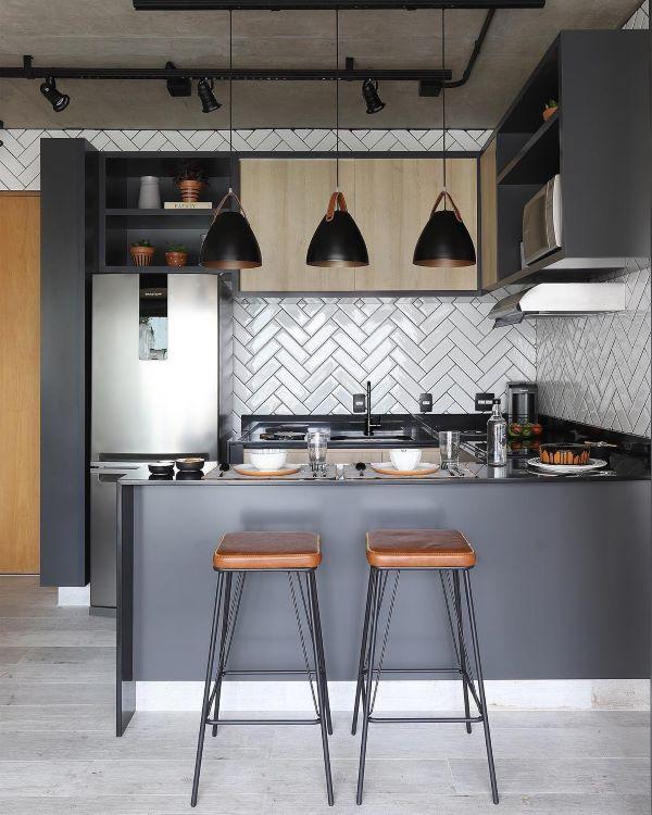 Cozinha americana pequena em tons de cinza, super moderna