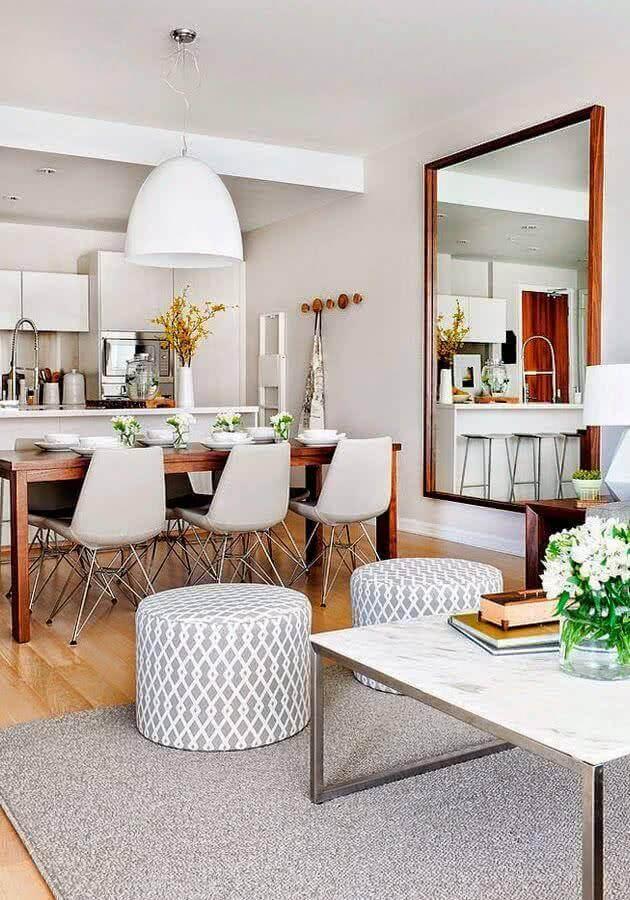 lustre pendente para mesa de jantar de madeira com cadeiras de brancas Foto Reciclar e Decorar