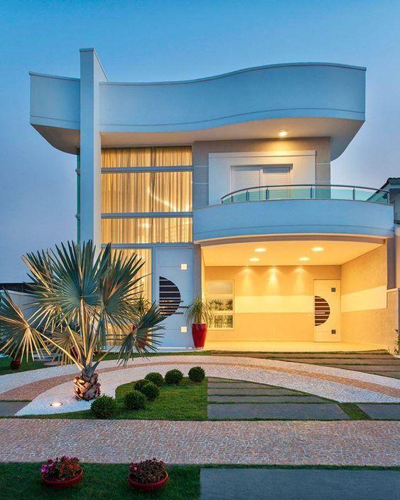 A mansão de luxo é iluminada e bem decorada